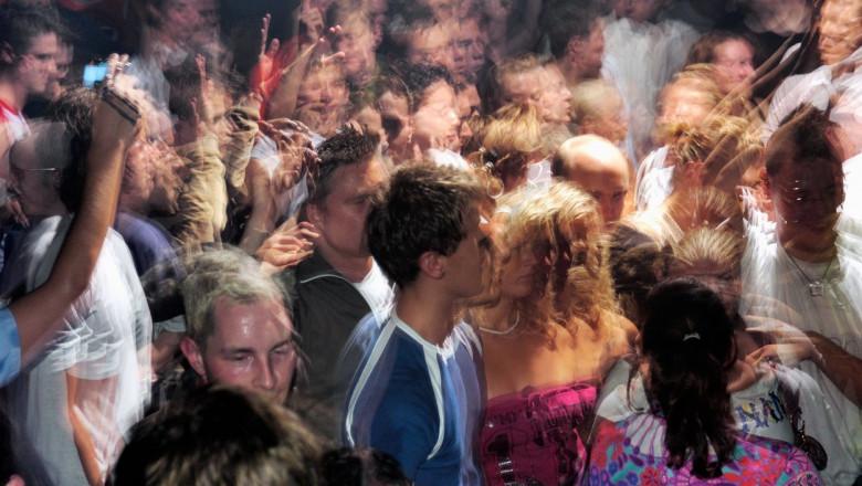 Tineri care dansează în discotecă