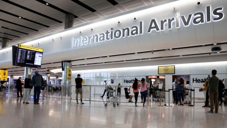 oameni cu bagaje la terminalul sosiri internationale de pe aeroportul heathrow
