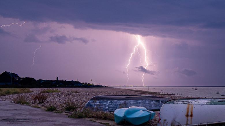 Furtună uscată surprinsă în data de 24 iulie pe plaja din Selsey, foarte aproape de West Sussex, comitatul ceremonial al Angliei.