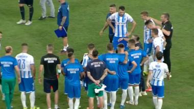 Jucători ai Universității Craiova, te teren după un meci.