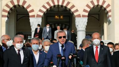 Erdogan la o conferință de presă înconjurat de mai mulți oameni cu mască
