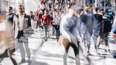 oameni in miscare aglomeratie