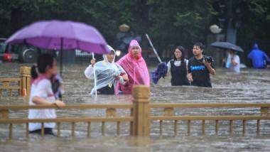 oameni in apa dupa inundatii masive in china