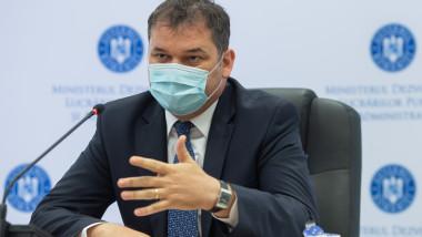 ministrul dezvoltarii cseke attila confreinta de presa cu masca