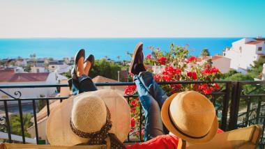 cuplu relaxandu-se pe o terasa