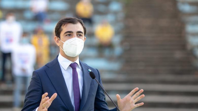 Ministrul Economiei, Claudiu Năsui, cu masca si gesticuland