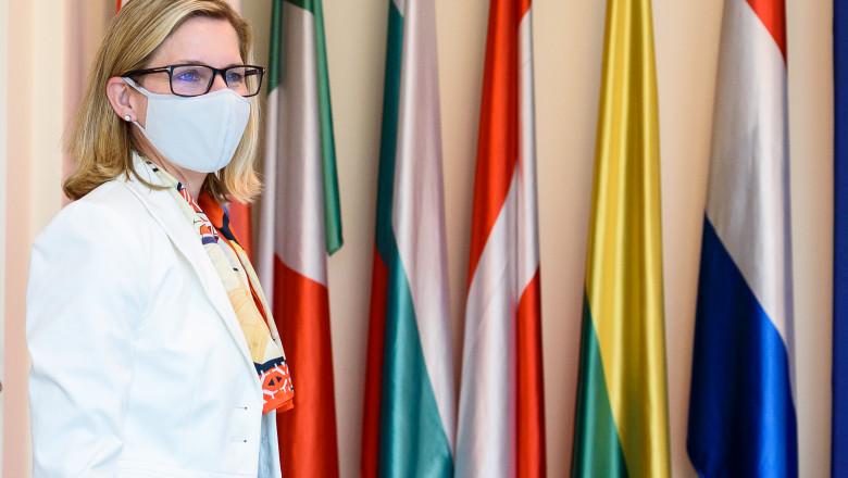 Anna Bjerde langa mai multe steaguri din tari diverse