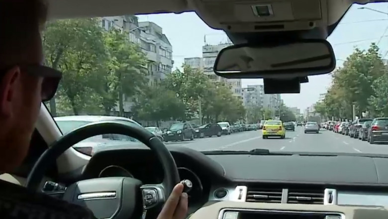 Imagine a unui bulevard vazut din mașină.