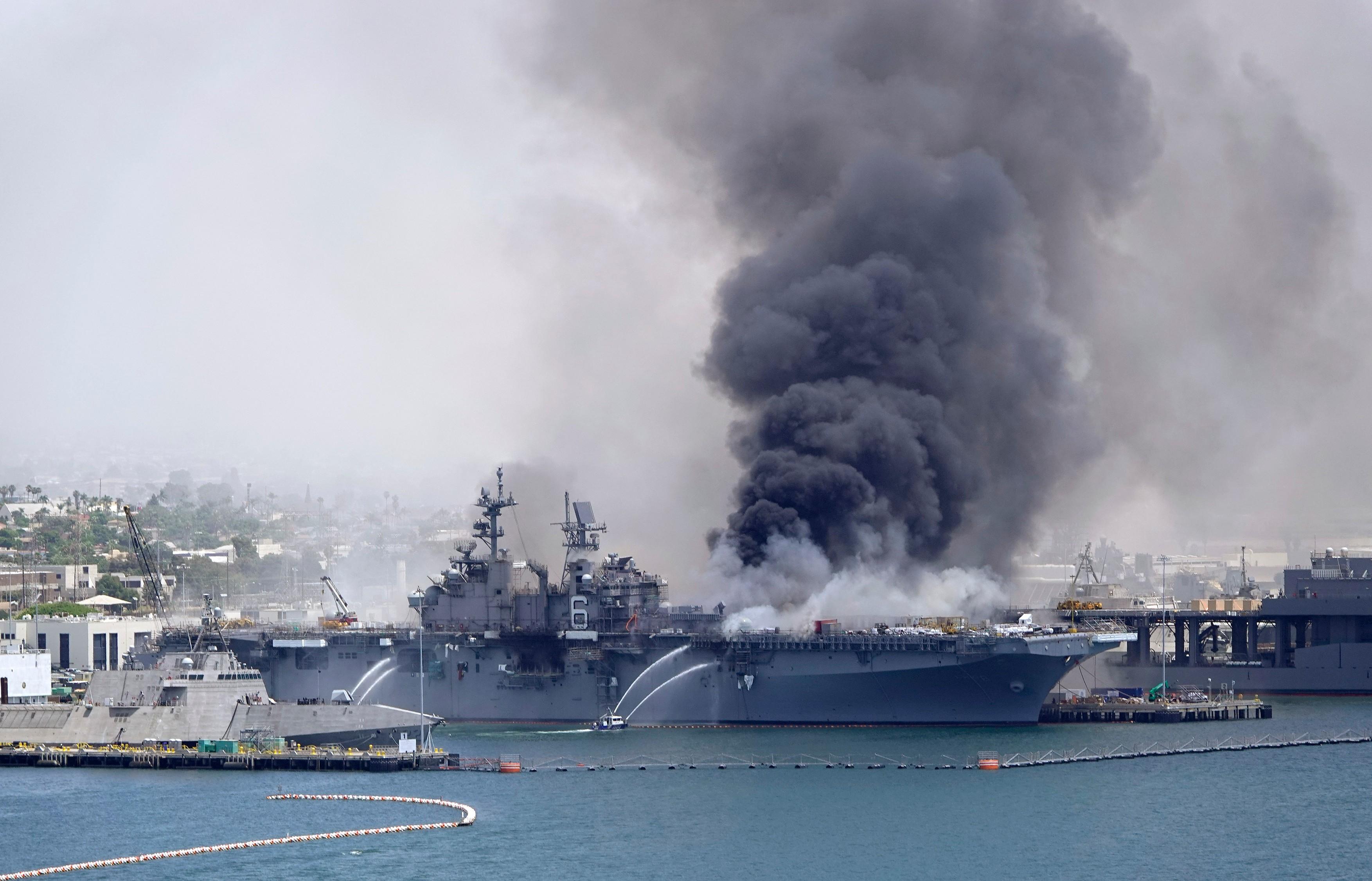 Un marinar american este acuzat ca a pornit incendiul care a distrus o nava de razboi de 1 miliard de dolari
