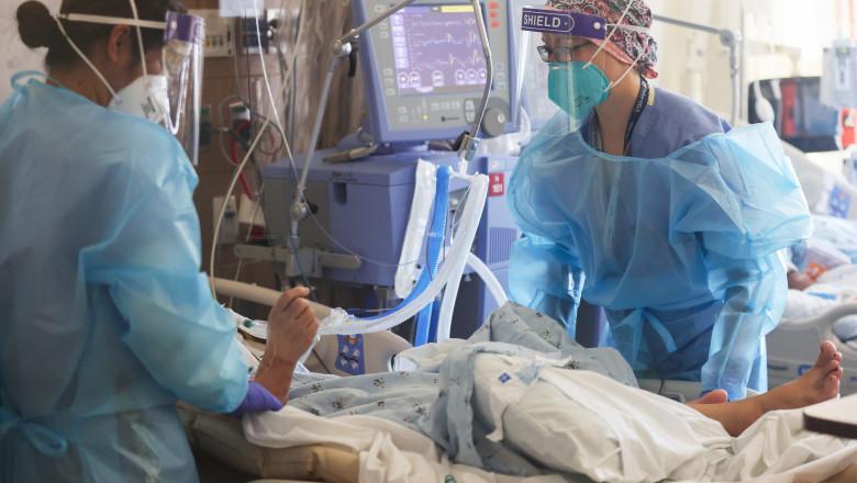 Imagine cu asistenți medicali care au grijă de pacienții infectați cu forme severe de COVID-19 în statul american California.