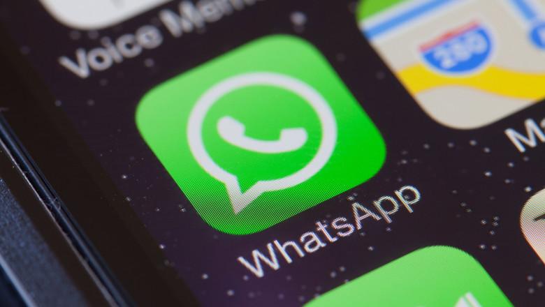iconita whatsapp pe ecranul unui telefon mobil