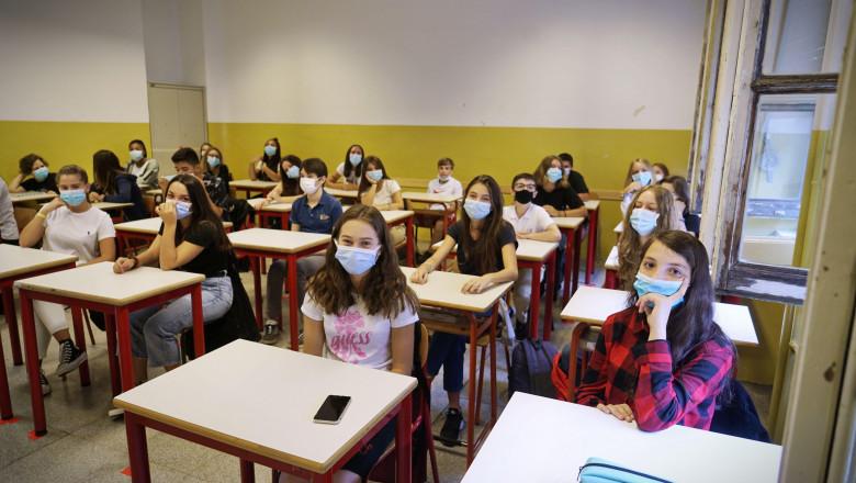 Elevi în clasă cu masti