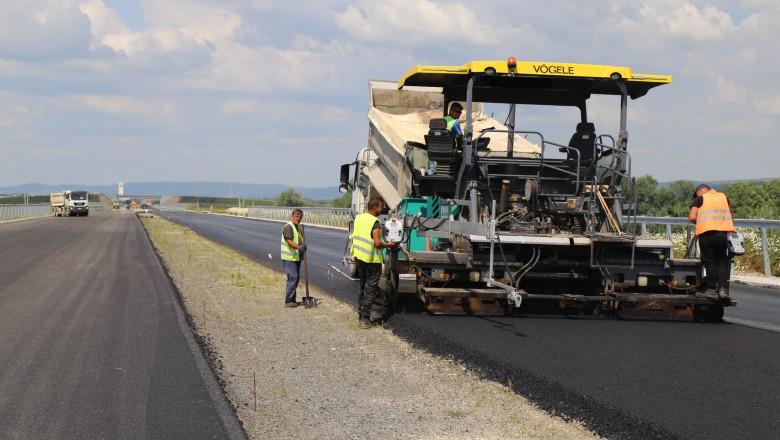 Lucrări de asfaltare pe autostrada Sebeș - Turda.