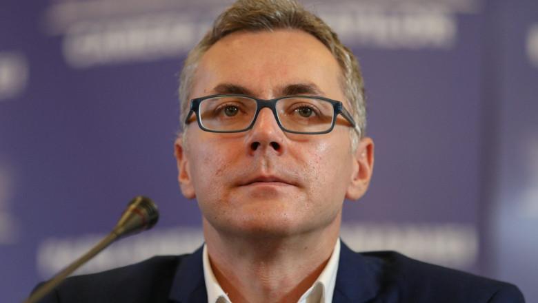 Stelian Ion se pregătește să susțină o declarație de presă.