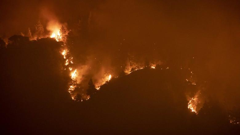 Flăcări puternice pe dealuri în insula Evia din Grecia în 2021