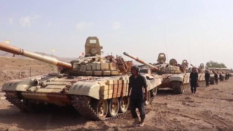 tancuri rusesti insiruite intr-o zona arida