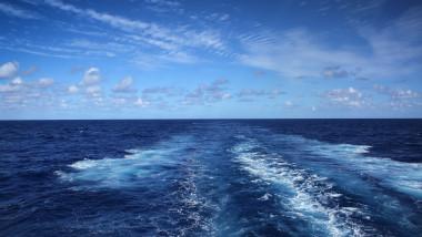oceanul atlantic cu dare lasate de un vapor