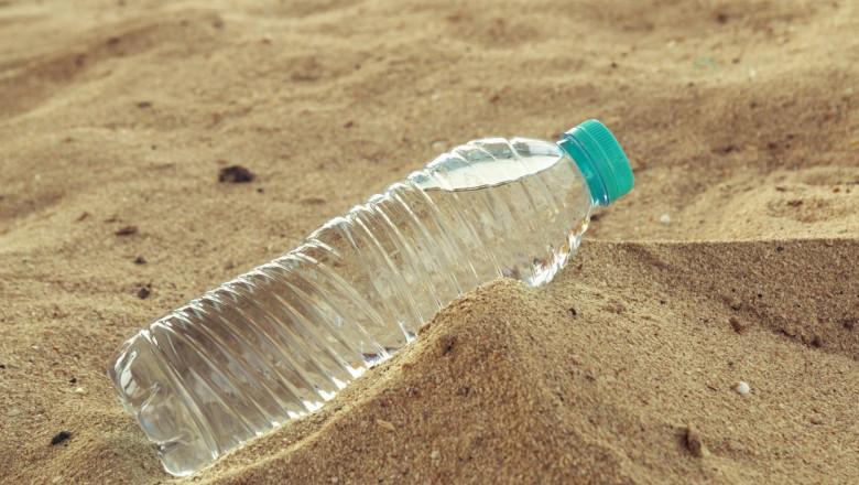 sticla de plastic cu apa in desert