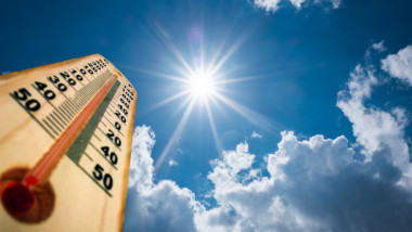 termometru vreme pe cer cu soare si nori
