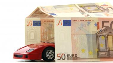 ilustratie cu o masina rosie care iese dintr-o casa construita din bancnote euro