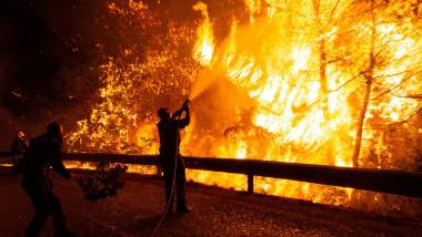 pompier stinge un incendiu de pe o stradă