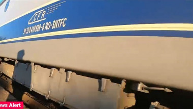 umbra unui calator pe un vagon de tren