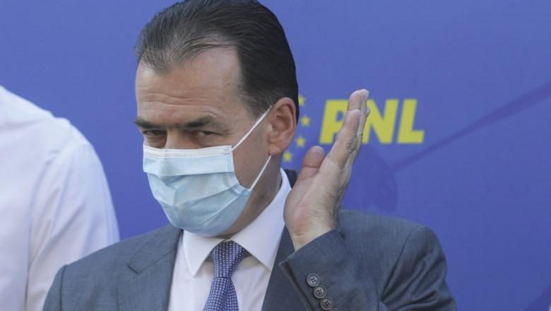 Ludovic Orban la o conferință de presă a PNL, face un gest cu mâna stângă
