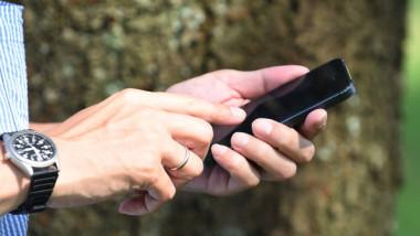 Un bărbat răspunde la telefonul mobil.