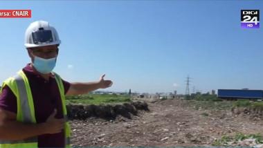 un inginer arata catre o groapa de gunoi ilegala descoperita pe un santier