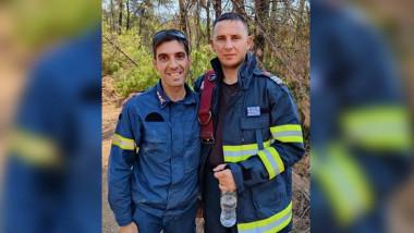 Spiros și Florin fac parte din echipele de pompieri eleni și români care luptă împreună să stingă incendiile din insula Evia.