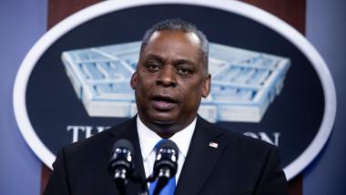 Lloyd Austin face declarații la sediul Pentagonului.