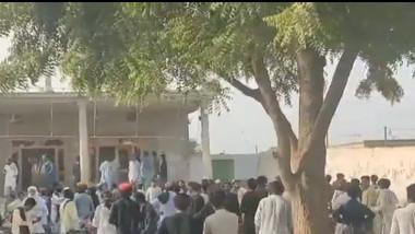 Mulțime adunată în fața templului hindus din Rahim Yar Khan, distrus de musulmani
