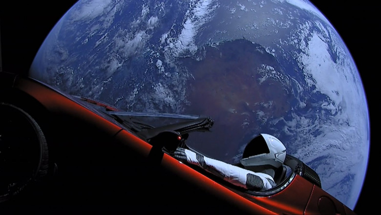 O mașină Tesla cu un manechin la volan lansată de Musk în spațiu.