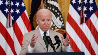 Președintele Joe Biden la microfon, vorbește la o conferință de presă la Casa Albă