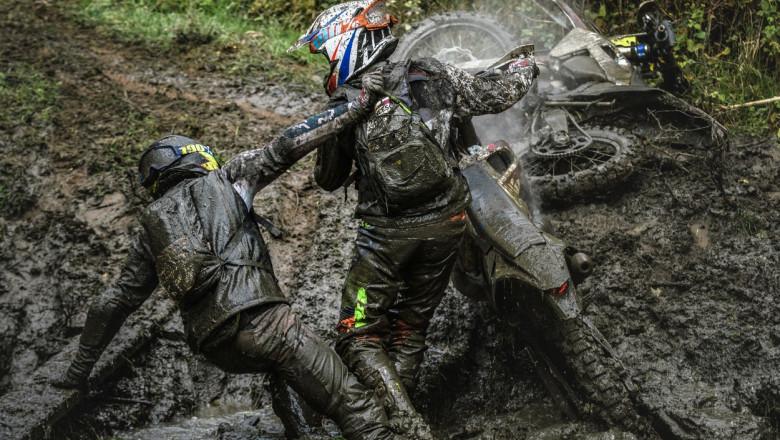 un motociclist il ajuta pe un altul sa se ridice din noroi la romaniacs
