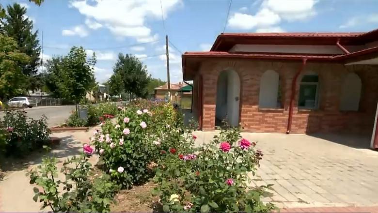 dispensarul din comuna prundu cu trandafiri in fata