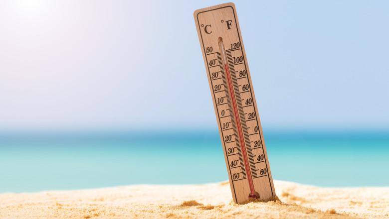 termometru in nisip pe plaja