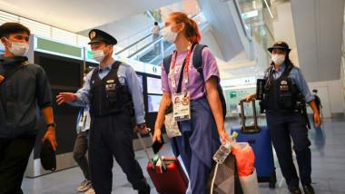 Krystsina Tsimanouskaya înconjurată de autorități pe aeroportul Haneda din Tokyo