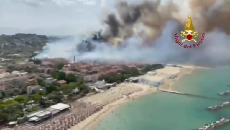 Imagini din dronă cu o plajă acoperită de fum de la un incendiu violent la o rezervație din apropiere