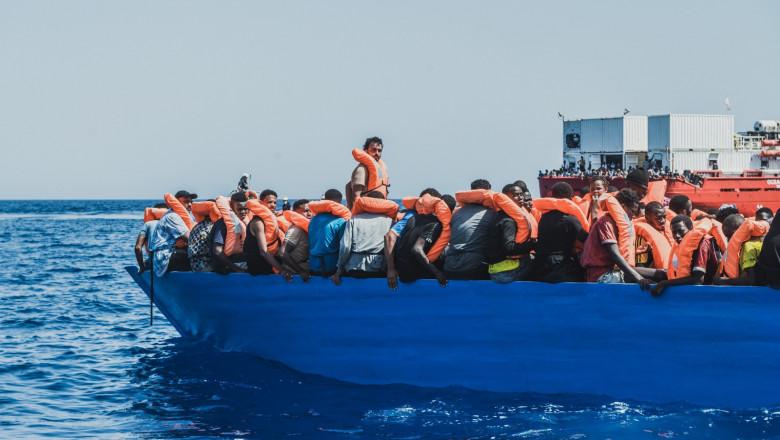 mai mulți migranți pe barca de salvare