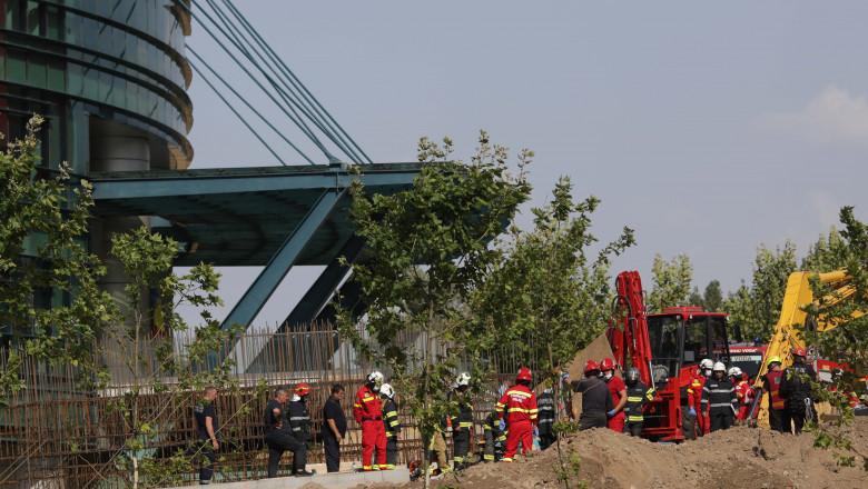 pompieri si echipe de salvatori desfasoara o operatiune contracronometru pe un santier din fata Bibiliotecii Nationale unde s-a surpat un mal de pamant