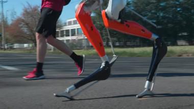 Robotul Cassie aleargă pe stradă.