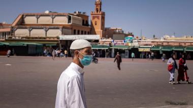 Bărbat cu mască de protecție în Marrakesh