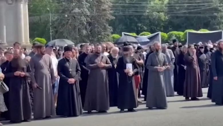 Preoți ai bisericii subordonate Rusiei au organizat un protest  anti-vaccinare la Chișinău | Digi24