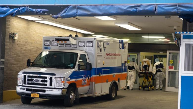 O ambulanță din New York aduce un pacient infectat cu noul coronavirus.