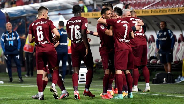 Jucătorii lui CFR Cluj se îmbrățișează pe teren.