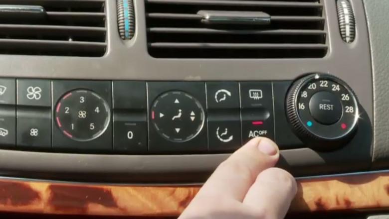 Buton de aer condiționat la mașină.