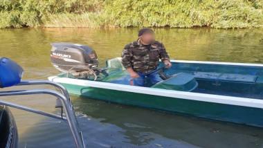 pescar pe o barca cu motor