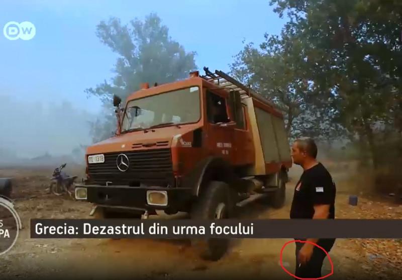 pompier cu tigara in mana la stingerea incendiilor din grecia