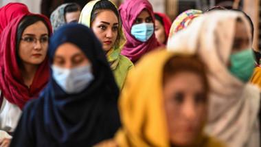 Mi multe femei afgane participă la o discuție publică într-o sală din Kabul pe 2 august 2021, care are în vedere încălcările drepturilor omului asupra femeilor de către regimul taliban din Afganistan.